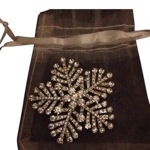 Jewelry - Snowflake rhinestone pin